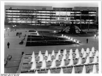 Bundesarchiv_Bild_183-R0421-0024,_Berlin,_Palast_der_Republik,_Springbrunnen,_Nacht