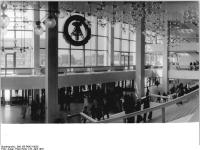 Bundesarchiv_Bild_183-R0421-0026,_Berlin,_Palast_der_Republik,_Haupteingang