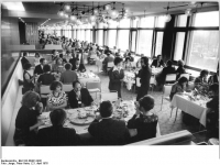 Bundesarchiv_Bild_183-R0421-0031,_Berlin,_Palast_der_Republik,_Restaurant