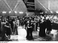 Bundesarchiv_Bild_183-R0423-036,_Berlin,_Palast_der_Republik,_Eröffnung,_Tanz