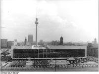 Bundesarchiv_Bild_183-R0501-0025,_Berlin,_Palast_der_Republik,_1._Mai-Demonstration