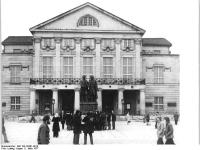 Bundesarchiv_Bild_183-S0301-0019,_Weimar,_Theaterplatz,_Goethe-Schiller-Denkmal,_Nationaltheater