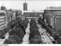 Bundesarchiv_Bild_183-S0819-0361,_Berlin,_Unter_den_Linden,__Palast_der_Republik,_Rotes_Rathaus