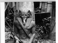 Bundesarchiv Bild 183-S89884, Berlin, Neues Museum, Ruine, Ägyptische Statue