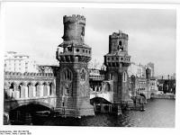 Bundesarchiv_Bild_183-S92720,_Berlin,_Oberbaumbrücke,_beschädigt