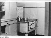 Bundesarchiv_Bild_183-S99852,_Berlin,_Wohnungen_Karl-Marx-Allee,_HO-Möbel,_Küche