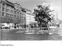 Bundesarchiv_Bild_183-U0416-0028,_Leipzig,_Sachsenplatz,_Springbrunnen