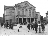 Bundesarchiv_Bild_183-U0420-0029,_Weimar,_Theaterplatz,_Goethe-Schiller-Denkmal,_Nationaltheater