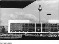 Bundesarchiv_Bild_183-U1003-0023,_Berlin,_Palast_der_Republik,_Fernsehturm