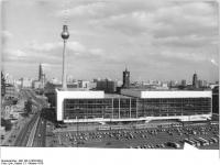 Bundesarchiv_Bild_183-U1003-0024,_Berlin,_Palast_der_Republik,_Fernsehturm,_Rotes_Rathaus