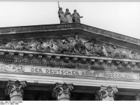 Bundesarchiv_Bild_183-W0311-0006,_Berlin,_Nationalgalerie,_Giebel