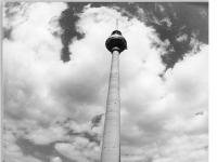 Bundesarchiv_Bild_183-W0810-0017,_Berlin,_Fernsehturm,_Eingangsgebäude,_Springbrunnen