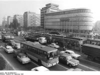 Bundesarchiv_Bild_183-W0929-0011,_Leipzig,_Friedrich-Engels-Platz,_Straßenbahnhaltestelle