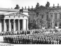 Bundesarchiv_Bild_183-W1004-0020,_Berlin,_Namensgebung_Wachregiment_Engels