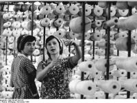 Bundesarchiv_Bild_183-W1122-013,_Annaberg-Buchholz,_Posamentenwerk