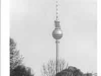 Bundesarchiv_Bild_183-Z0407-033,_Berlin,_Monbijou-Park,_Fernsehturm