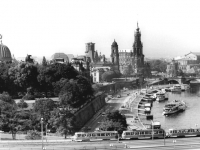 Bundesarchiv_Bild_183-Z1009-012,_Dresden,_Brühlsche_Terrasse,_Hofkirche