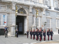 Changing_of_the_Guard,_Royal_Palace_of_Madrid_-_foot_1