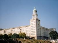 Blick auf Nordturm des Frankfurter Tors in Berlin. Bauzeit: 1957-1961. Architekten: Hermann Henselmann.