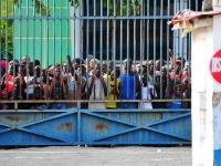 Haitianer warten auf die Zuteilung von Hilfsgütern, 15.1.2010