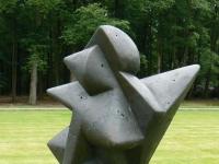 """Skulptur """"La Conquista"""" (1954) von Umberto Mastroianni im Skulpturenpark desKröller-Müller Museum (KMM), Otterlo, Niederlande."""