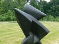 """Skulptur """"La Conquista"""" (1954) von Umberto Mastroianni im Skulpturenpark des Kröller-Müller Museum (KMM), Otterlo, Niederlande."""