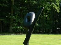"""Skulptur """"The Cry"""" (1959) von Isamu Noguchi im Skulpturenpark des Kröller-Müller Museum (KMM), Otterlo, Niederlande."""