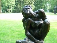 """Skulptur """"Femme accroupie"""" (1882) von Auguste Rodin im Kröller-Müller Museum (KMM), Otterlo, Niederlande."""