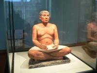 Sitzender Schreiber aus Sakkara, in der Sammlung des Louvre.