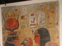 Louvre_egyptologie_-_Hathor_accueille_Sethi_1er