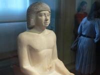Sitzender Schreiber,  5. dynastie, in der Sammlung des Louvre