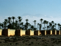 Stadtmauer von Marrakesch, Atlasgebirge im Hintergrund