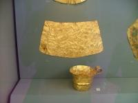 Goldener Brustpanzer und Becher, Mykene, 16. Jh. v.Chr. (Archäologisches Nationalmuseum in Athen).