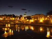 Nächtlicher Blick von der Engelsbrücke über den Tiber zum Petersdom