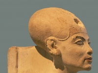 Nefertiti_Standing-striding_Berlin_detail