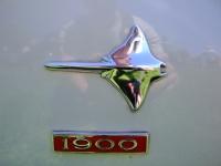 Opel Manta 1900: Das �Rochen�-Emblem am vorderen Kotflügel eines Manta A