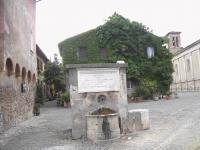 Ostia_antica_-_piazzetta_e_fontana_2521