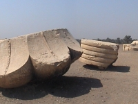 Reste der Säulen zum Hof des Palasts von Apries, Memphis, Ägypten