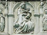 Madonna und Kind mit zwei Engeln (Fontäne des Glücks) , piazza del Campo, Siena.
