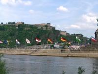 Das Deutsche Eck mit der Festung Ehrenbreitstein im Hintergrund in Koblenz