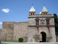 Puerta_de_Bisagra,_Toledo_-_view_1