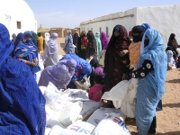 Saharawi_refugee_women_with_flour_in_Dakhla,_Algeria