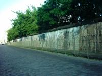 erhaltenes Stück BERLINER MAUER an der Niederkirchnerstraße