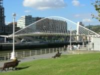 Zubizuri , Brücke in Bilbao, entworfen von Santiago Calatrava
