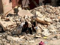 Frauen vor einem eingestürzten Haus in Port-au-Prince, am 20.1.2010