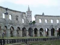 innerhalb des Amphitheaters von Pula
