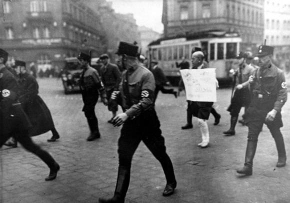 München, Judenverfolgung, Barfüßiger jüdischer Rechtsanwalt Dr. Michael Siegel unter SS-Bewachung mit einem Schild (10 März 1933)