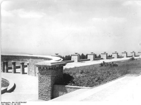 Bundesarchiv Bild 183-56769-0007, Gedenkstätte Buchenwald, Ringgrab 3, Straße der Nationen