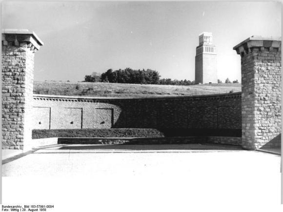 Bundesarchiv Bild 183-57991-0004, Gedenkstätte Buchenwald, Ringgrab 2, Glockenturm