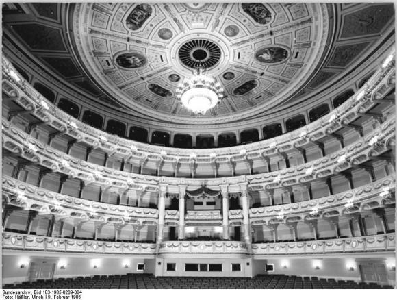 Bundesarchiv_Bild_183-1985-0209-004,_Dresden,_Semperoper,_Zuschauerraum